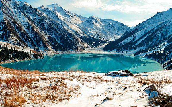 горное озеро зима