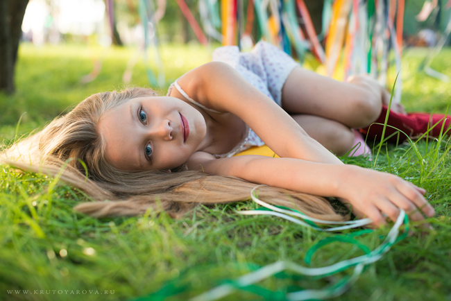 Девочка на зеленой траве