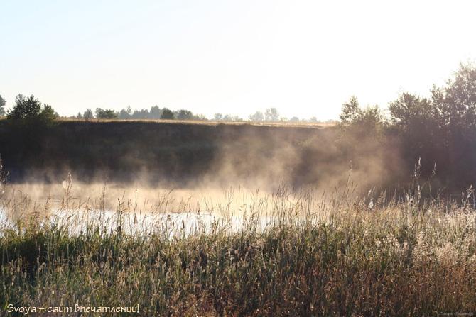 летний рассвет и туман у воды