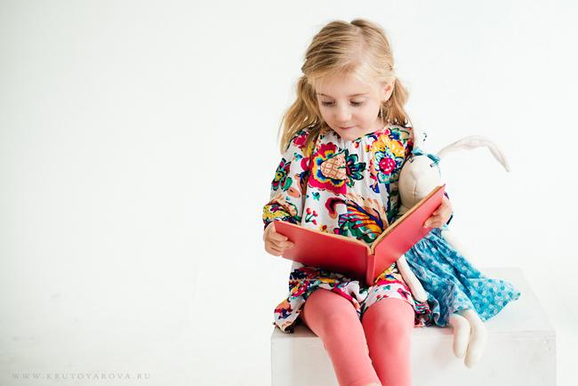 Девочка читает книгу, фотограф Ирина Крутоярова