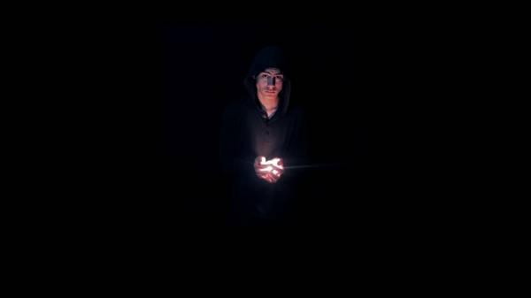 Несущий свет - парень в капюшоне со светом в руках