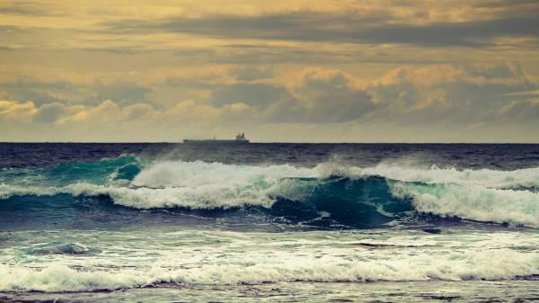Океанский прибой теплым золотым