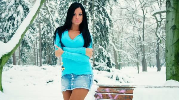Красивая девушка зимой