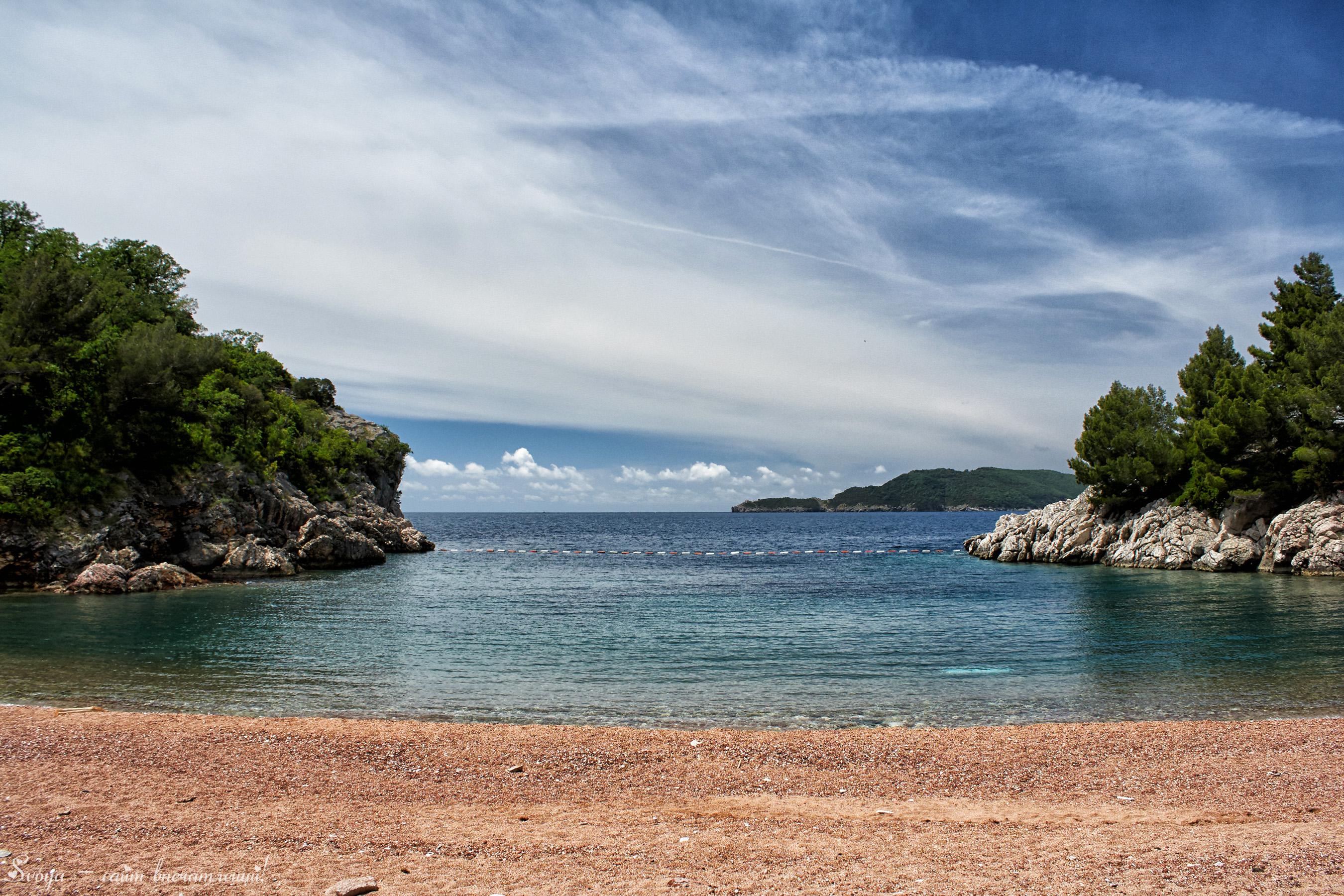 красивый пляж в Черногории
